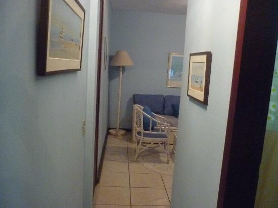 Buzios Summer Park Casas e Suites: Corredor - Vista parcial da sala
