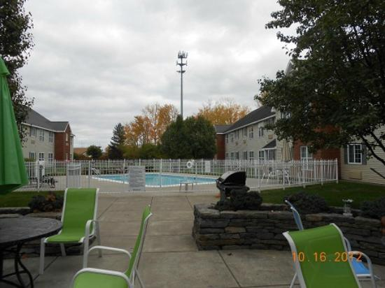 CrestHill Suites Syracuse: backyard of property