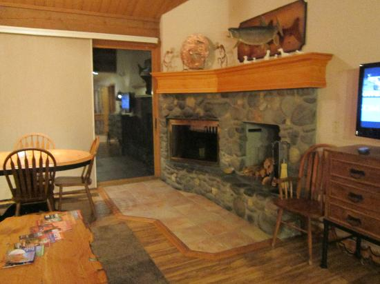 Junipine Resort: Fireplace in Living Room
