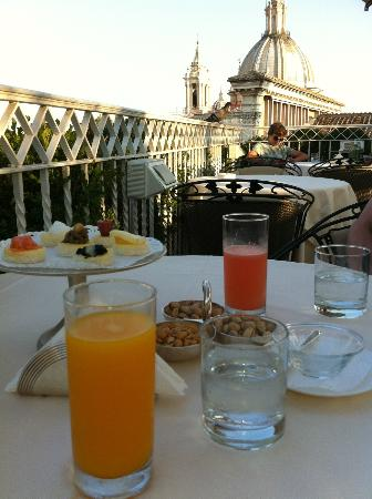 Hotel Raphael - Relais Chateaux: Drinks and appetizers at roof top garden