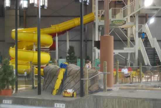 Hope Lake Lodge & Conference Center: indoor water slides