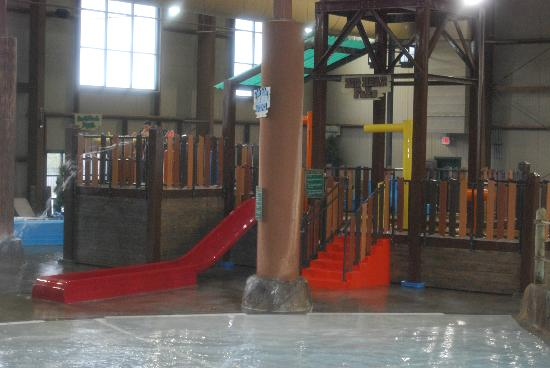 Hope Lake Lodge & Conference Center: indoor water park area