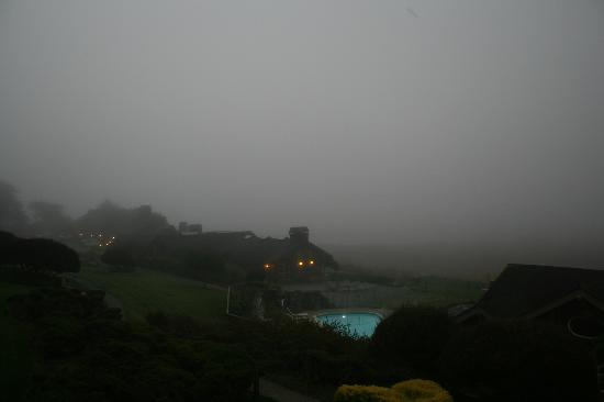 Bodega Bay Lodge: This was view of same area second morning with the heavy fog.