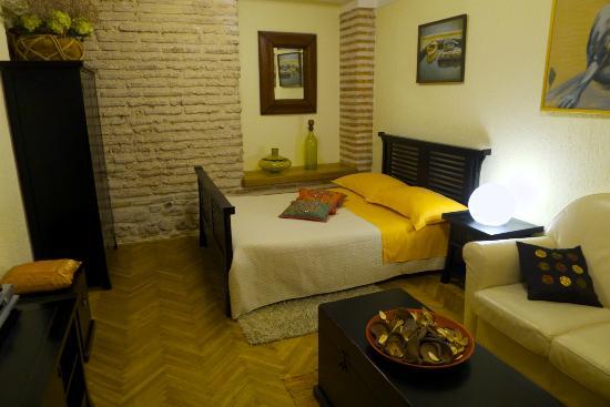 Emperor's Suites: Apartment bedroom/living room