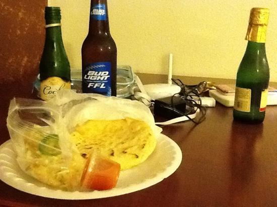 Hollywood City Inn: ホテルの向かいのホットプールサイドで焼いたチーズパンとサラダ