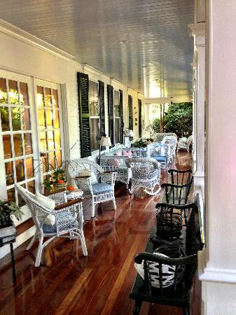 Edgartown, MA: Beautiful porch beckons to come sit awhile!