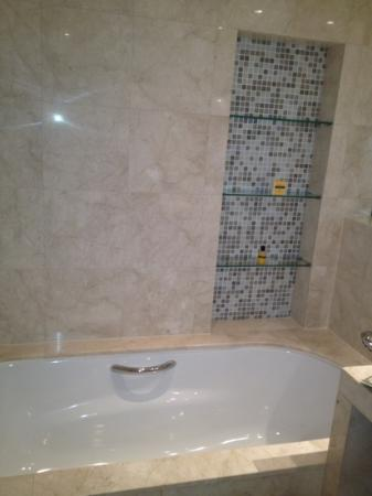 Hyatt Regency Dubai: Bathtub