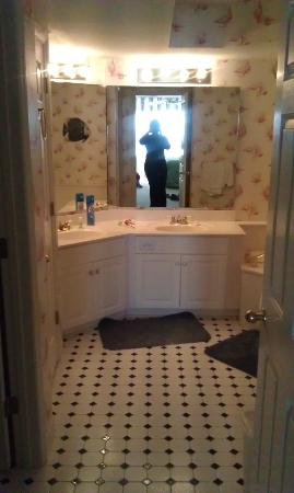 Litchfield Beach & Golf Resort: master bathroom