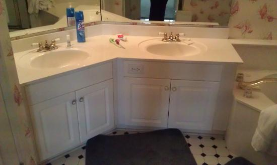 Litchfield Beach & Golf Resort: master bathroom (his/hers sinks)