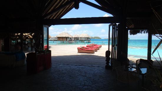 Sofitel Bora Bora Marara Beach Resort: Vista a partir do lobby de atividades do hotel