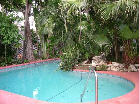 Westwinds Inn: The pool next to which breakfast is served every morning.