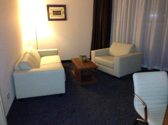 Doubletree by Hilton Olbia: Seating area in room