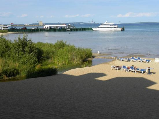 Clarion Hotel Beachfront: View of ferry boats from our balcony