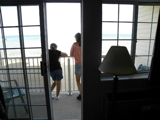Clarion Hotel Beachfront: Kids on the balcony enjoying view