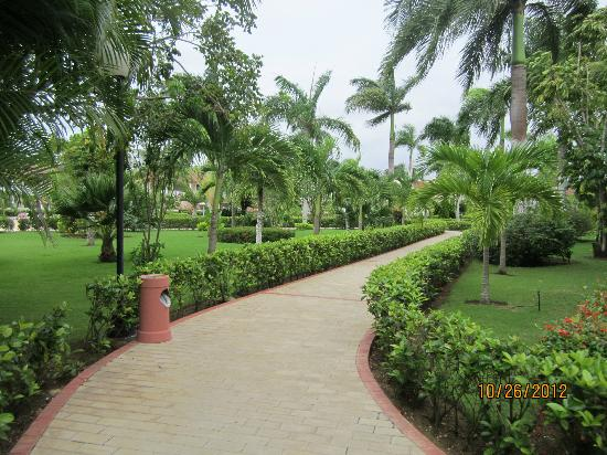 Grand Bahia Principe La Romana: Path to the lobby