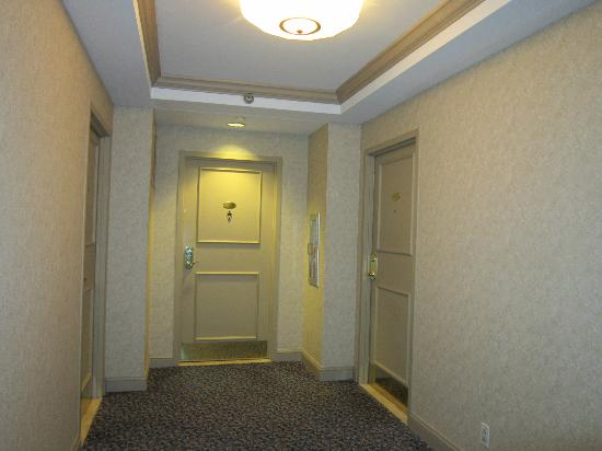 The Franklin Hotel at Independence Park: hallway