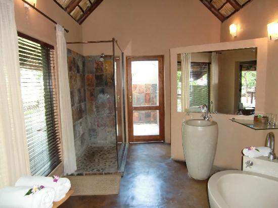 Nkorho Bush Lodge: Bad mit Dusche