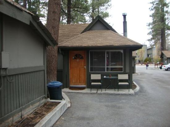 Big Bear Frontier Cabins: Outside view of Cabin #3