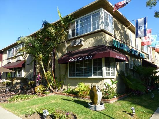 Wilshire Crest Hotel: L'hôtel et sa petite terrasse au soleil sur la rue