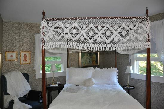 Tidewater Inn : The bed