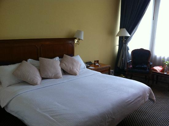 The Tawana Bangkok: Generous number of pillows per request, and comfy wide bed