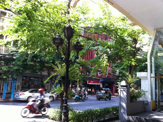 โรงแรมตวันนา: Right outside the hotel's coffee shop