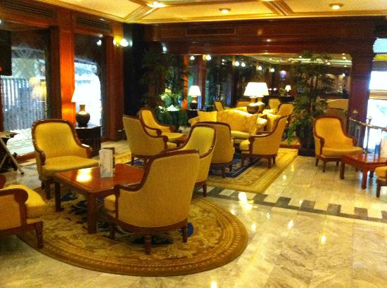 The Tawana Bangkok: Quiet hotel lobby