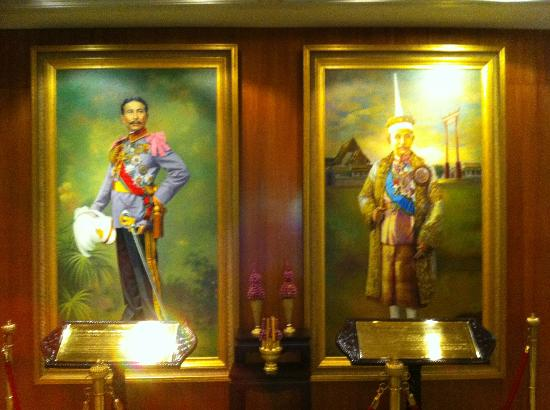 The Tawana Bangkok: Main lobby's royal portraits
