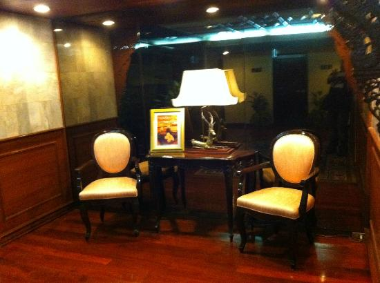 The Tawana Bangkok: Every floor has it's own sitting area while waiting for the elevator