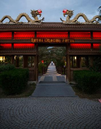 Royal Dragon Otel: Entrance to hotel from beach