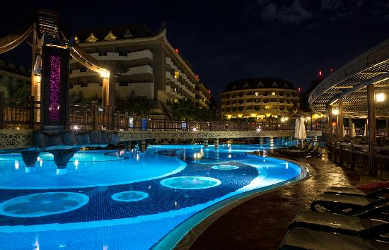 Royal Dragon Hotel: Pools