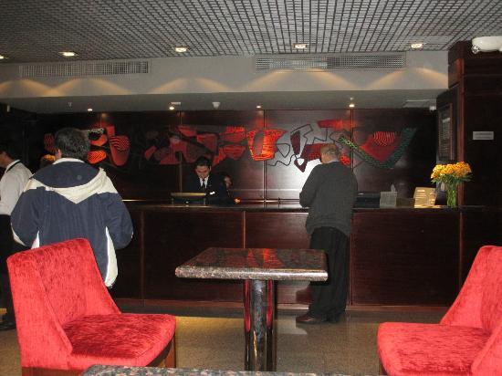 Casa Andina Premium Miraflores: reception desk.
