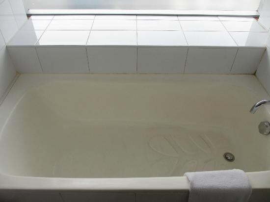 Casa Andina Premium Miraflores: a not so clean bathtub. There is mold in there.