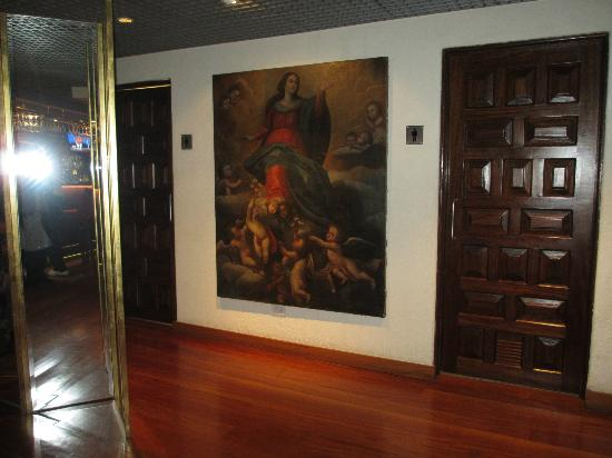 Casa Andina Premium Miraflores: Nice paintings in the bar and lobby areas