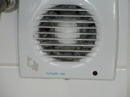 Casa Andina Premium Miraflores: The bathroom's exhaust fan, very dirty and not working!