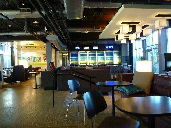 Aloft Rogers-Bentonville: Lobby/bar area