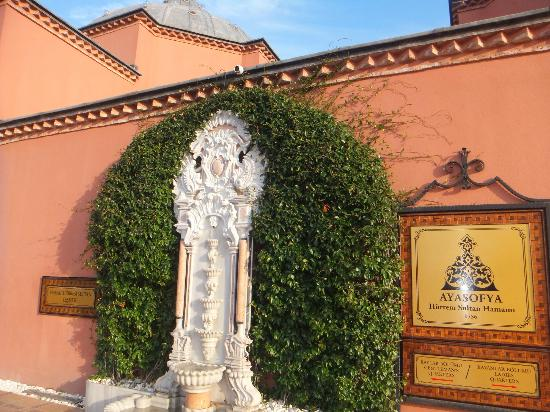 Ayasofya Hurrem Sultan Hamami: ハマム外壁のちょうど真ん中