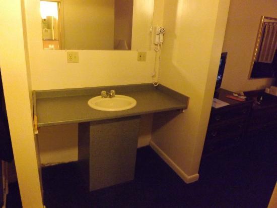 Americana Hotel: Sink
