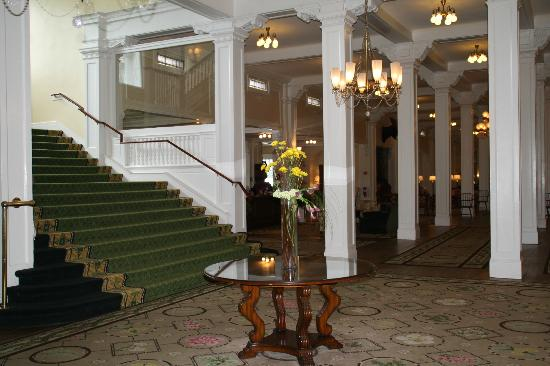 Omni Mount Washington Resort: The great staircase