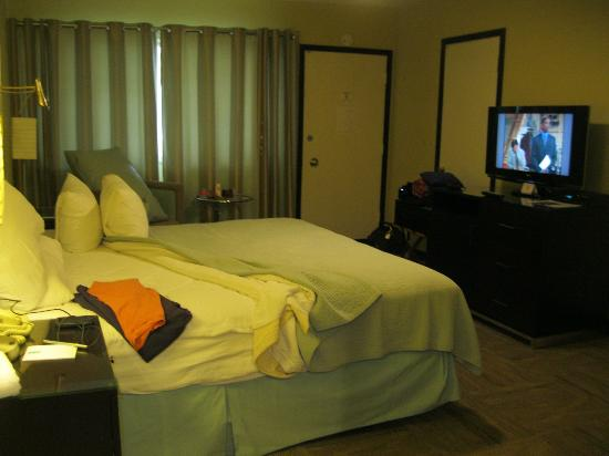 Inn At East Beach: Room is updated & comfy w/great amenities.