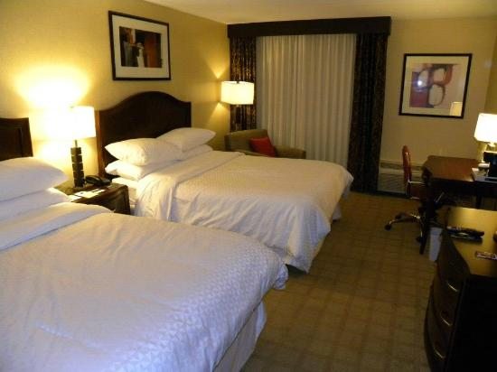 Four Points by Sheraton Kalamazoo: Basic room, but still nice