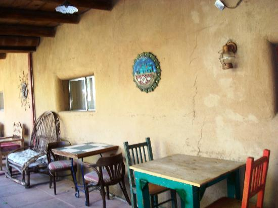 El Pueblo Lodge: One of the seating areas