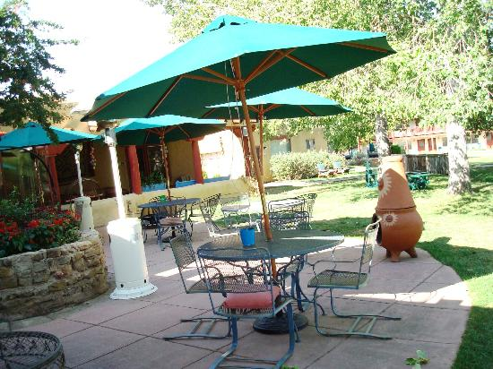 El Pueblo Lodge: Seating area