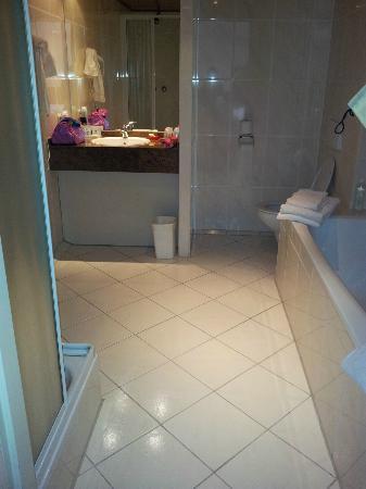 Van der Valk Leusden: Bad+douche+wc en wastafel