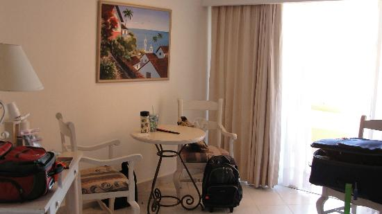 Posada Real Los Cabos: Small table in room