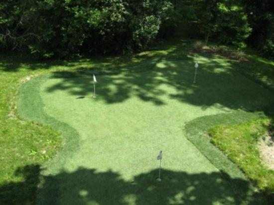 Rose Heart Inn: Putting Green