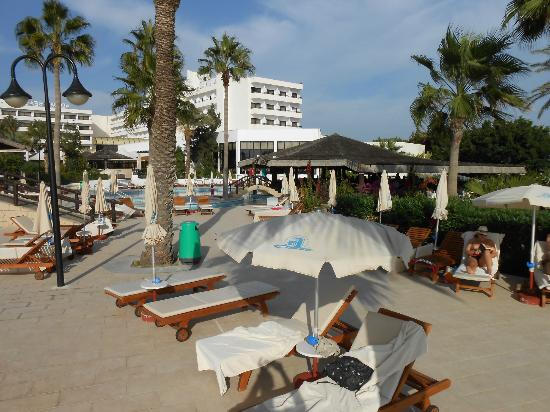 Adams Beach Hotel: extensive grounds