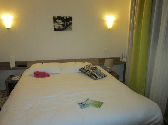 Brit Hotel Cancale - L'Alghotel : lit