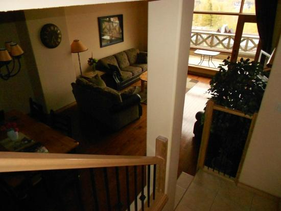 Sullivan Stone Lodge: Living Room from stairs 2nd level