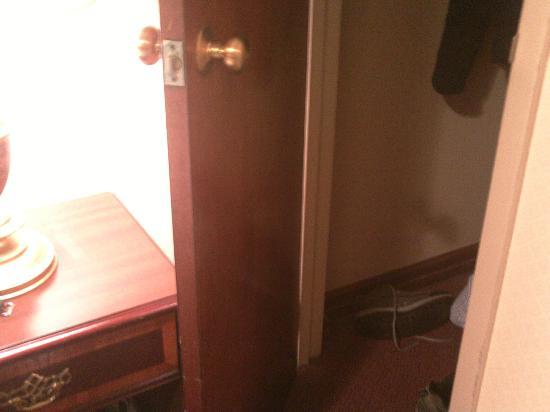 Days Inn Hotel New York City-Broadway: Porta armadio aperta al massimo (si fa per dire)